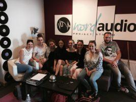 aktorzy MUSICAL KOSMOS w studio nagrań z nauczycielką wokalu Karoliną Adamik Pruś